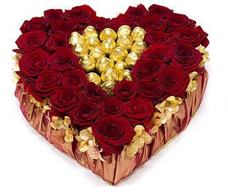 Сердце из роз с конфетами