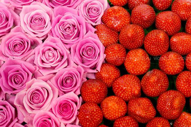 Сердце из клубники и розовых роз