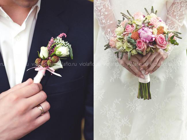 Букет и бутоньерка из роз и пионов с ягодами ежевики
