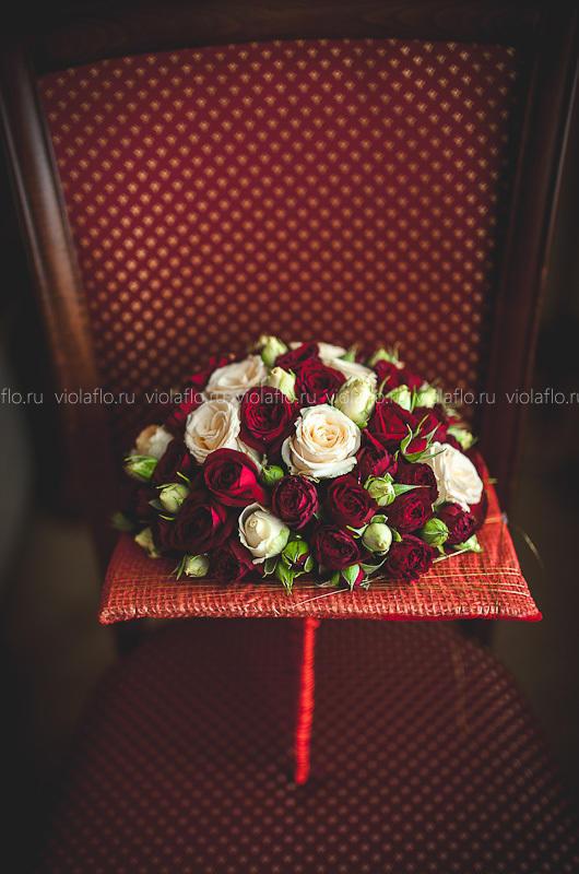 Свадебный букет из белых и карминовых кустовых роз