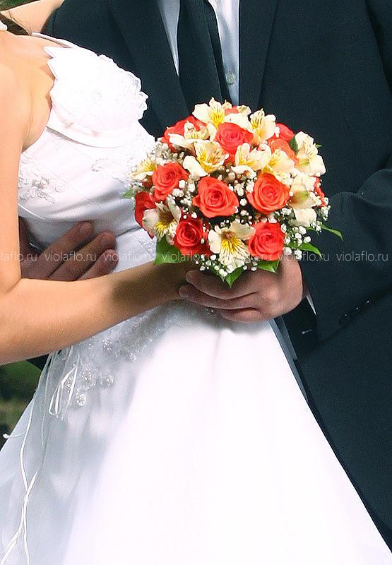 Свадебный букет с коралловыми розами